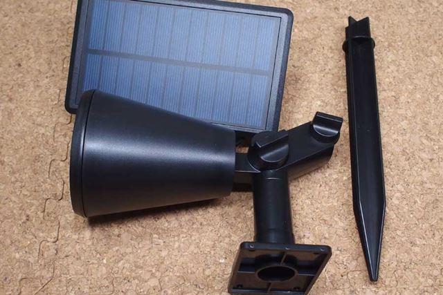 ライトとソーラー充電器とアーススパイクのセットです