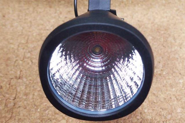 LEDライトです。小型のライトなので、庭全体を明るくするような感じではなく、スポットライト的に使えます