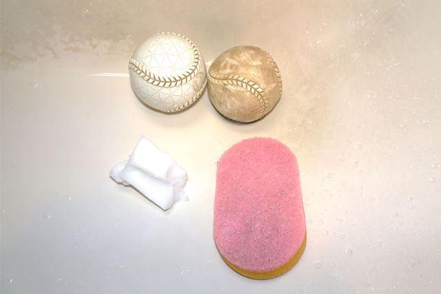 左側が激落ちくんで洗ったボール、右側が一般的な台所用スポンジで洗ったボールです