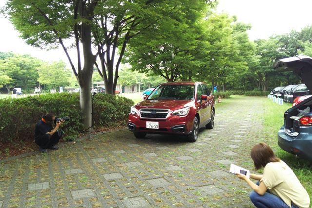 カメラマンの要望に合わせ、車両を微妙に動かす役目などもあります