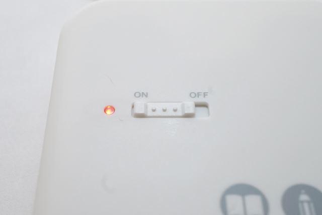 イヤーピースを耳に装着したら電源スイッチをオンにします