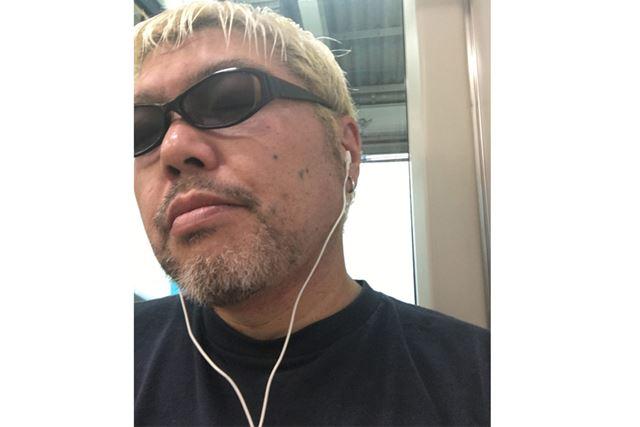 まるで音楽を聴いているように見えますが、電車のノイズをキャンセルして瞑想(めいそう)しています