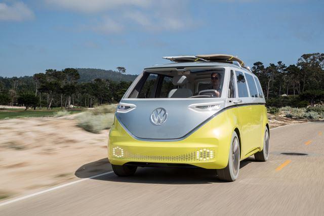 現代風のデザインに進化した「I.D. BUZZ」。ヘッドライト周囲やフロントバンパーにはLEDを搭載