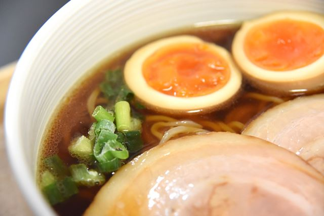 「星野仙一ふるさと倉敷ラーメン」のスープは、豚骨と醤油ベース。中太麺によくからみます