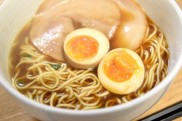 熟成乾麺(80g)を使ったインスタントラーメン。ゆで時間を変えることで、好みの麺の硬さに仕上げられます