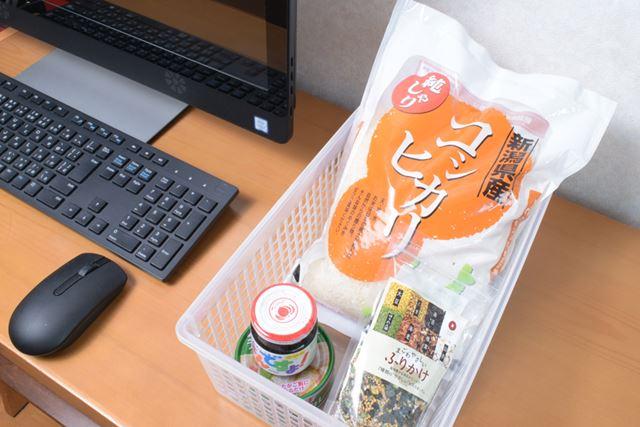 会社のデスクの引き出しにお米を常備しておけば、仕事で家に帰れない日でもあったかごはんが食べられる