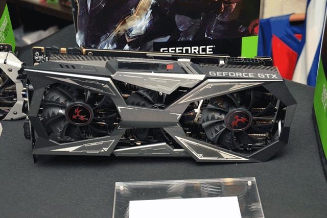 ハイエンドOCモデルの「iGame GTX1080Ti Vulcan X OC」。本体重量約1630gという超重量級のモデルだ