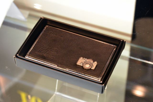 物販コーナー。100周年記念アイテムで一番人気なのは名刺ケースだそう