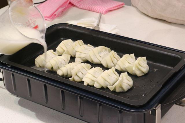 「フラットプレート」では焼き餃子を調理