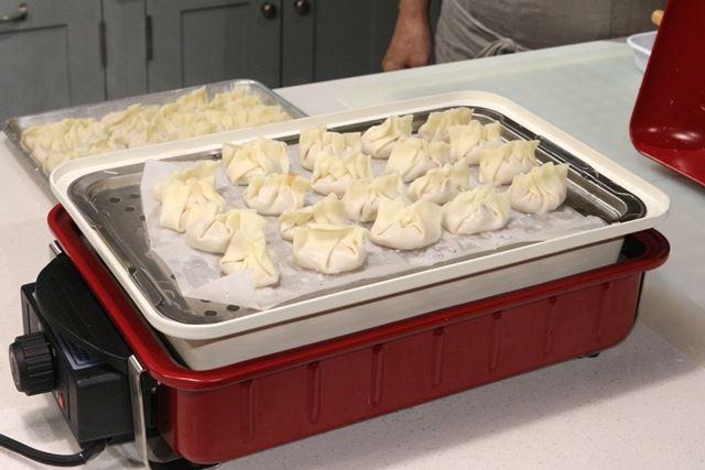 「セラミックスチーム深鍋」に蒸し調理用の網をセットすれば、蒸し餃子が作れるという万能ぶり!