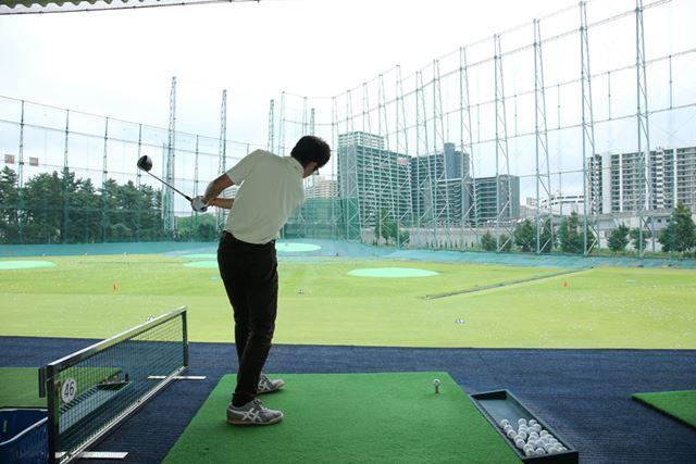クラブが極端な内側な軌道を描く。これがスライスを生む大きな要因「アウトサイドイン軌道」