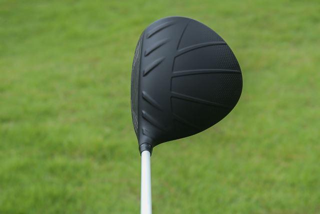 投影面積が大きく、安心感があるヘッド。クラウン上の突起は、空気抵抗を減らすための工夫です