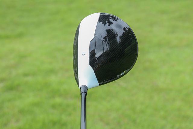 目標に合わせやすい工夫がされた白黒のヘッド。カラーの境目の凹凸もその1つ