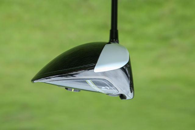 ヘッド後方が下がってはいますが、重心はやや浅めで低スピンのライナー性の弾道が打ちやすい設計