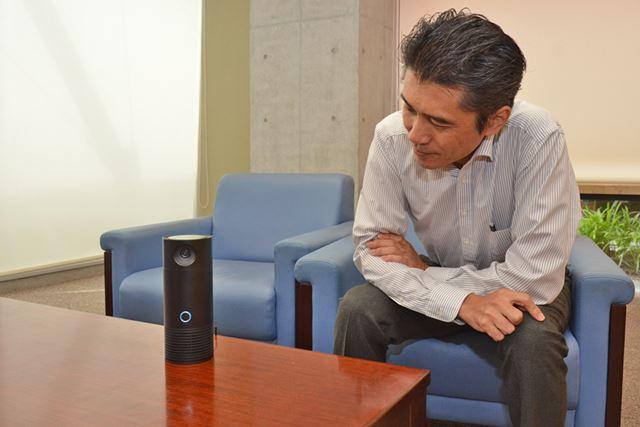 VC-FLX1に向かって話しかける宮崎氏
