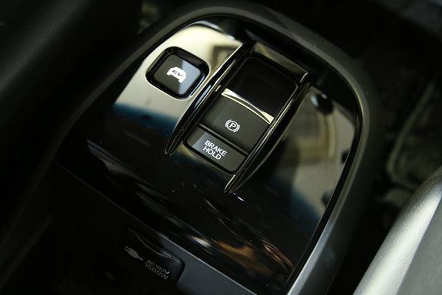 センターコンソールには、電気式パーキングブレーキとともに、EVモードボタンも備わる