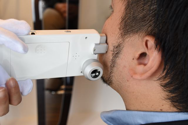 肌年齢診断は、特殊なデジタル端末を使って行われる