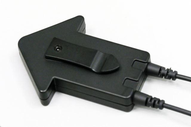 リモコンの背面にはクリップが備え付けられており、胸ポケットなどに装着できます