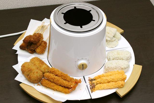 こんな感じで付属のお皿を使い、これから揚げる食材と、揚げあがった食材を分けて置いておけるので便利です