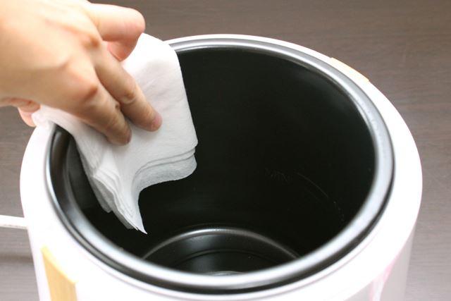 家庭用の台所用中性洗剤を染み込ませた布などで、内鍋をキレイに拭いてお手入れします