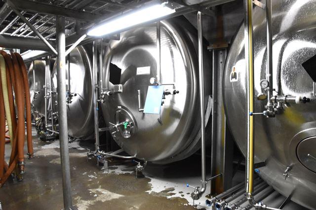 貯酒タンクでビールを2週間ほど低温で熟成させる