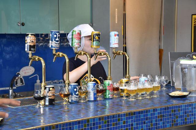 醸造所内にあるバーカウンターで試飲スタート!