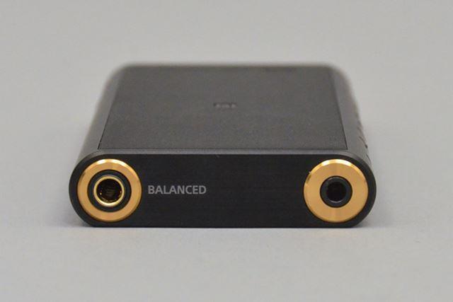 3.5mmのアンバランス出力だけでなく、4.4mm5極によるバランス接続出力も搭載