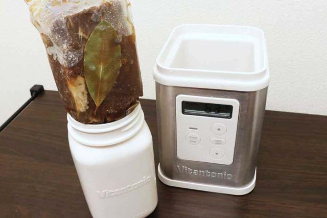 ひと晩寝かせた肉を「VYG-11」にセットします。レシピどおり300gの肉ですが、付属の容器には入りません……