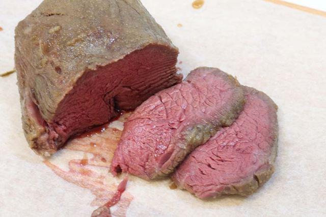 3時間後、肉を取り出して切ってみます。ピンクが美しい……!