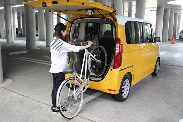 テールゲートの開口部は75mmも低くなり、自転車の積み下ろしもラクに行える