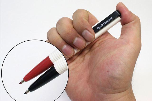 手に持ったボールペンの先端を「拡大」。プレゼン資料の細かいところが見やすくなる