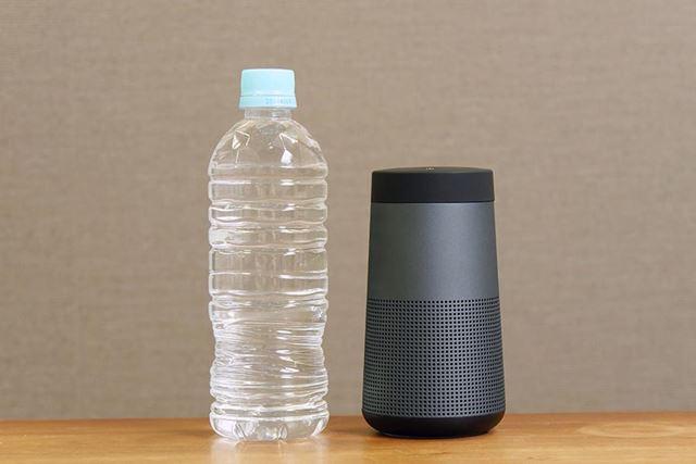 高さは500mlペットボトルより少し小さいくらい。同周りは太めだが片手で握れるサイズとなっている