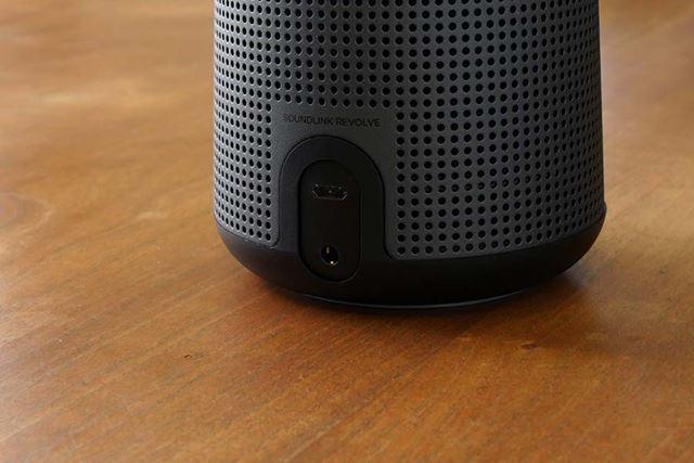 電源用microUSBポートの下に、3.5mm音声入力端子が装備されている