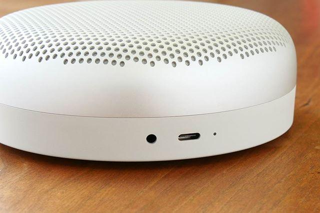 給電はUSB Type-Cポートから行う。USB Type-Cポートの隣に、3.5mm音声入力端子を備える