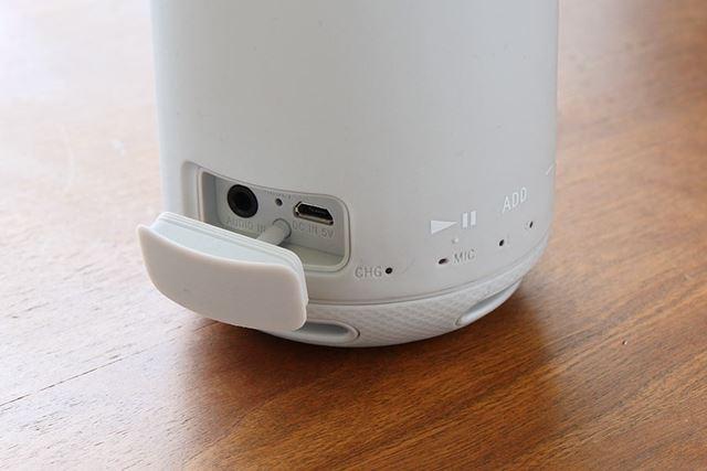 電源用のmicroUSBポートと3.5mm音声入力端子のみキャップによって保護されている