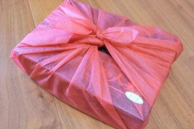 で、届いたのはこちら。高級感あふれる赤い包みに艶やかさを感じます
