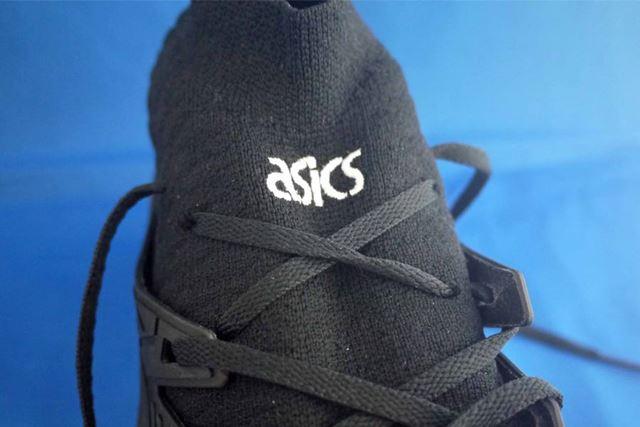 ミドルカットタイプは靴ひもを結ぶ部分もニット素材です