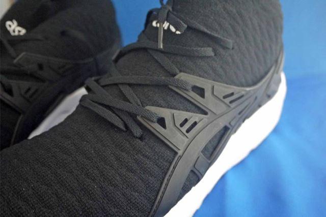 サイドと靴ひも部分にはゴム素材が使われています