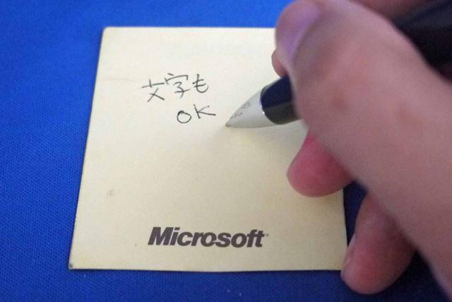 芯はペン先を回すと出てくるタイプ