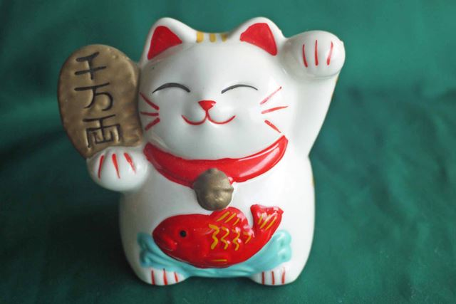 左足を上げて人を招いてくれる猫。商売繁盛にはお客さんの入りは欠かせないですからね