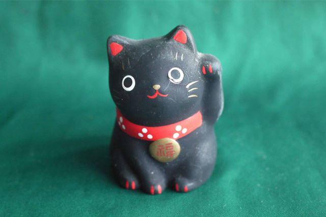黒猫は家内安全。上げているのは左足ですね