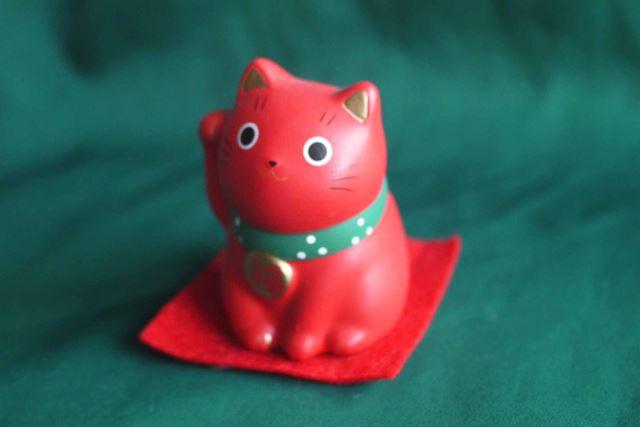 赤猫は無病息災。健康長寿の青猫とそろえれば無敵ですね。割とビビッドな赤なので驚きです