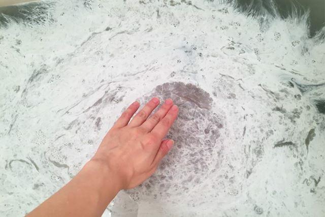 まるで白い絵の具を垂らしたかのようなこの状態から、手でお湯を混ぜてみました