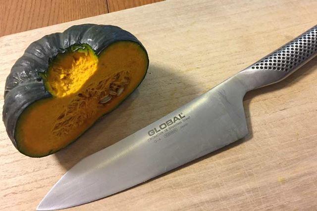 いつもの包丁でかぼちゃを切ります
