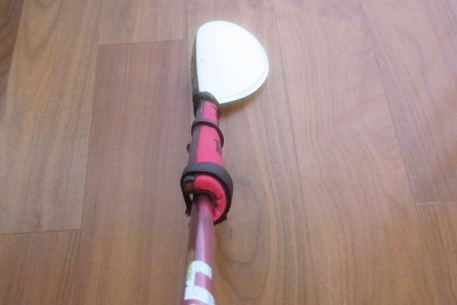 付属のストラップをしっかりと締めて固定します。このとき、一番長いストラップをクラブヘッドの近くに、溝の部分がフェースと同じ方向(飛球線方向)に向くようにします