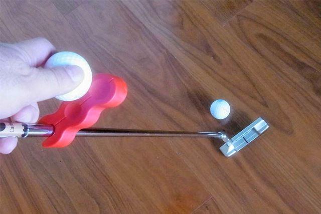 パターヘッドと水平に固定したらボールをくぼみに乗せてパッティングします