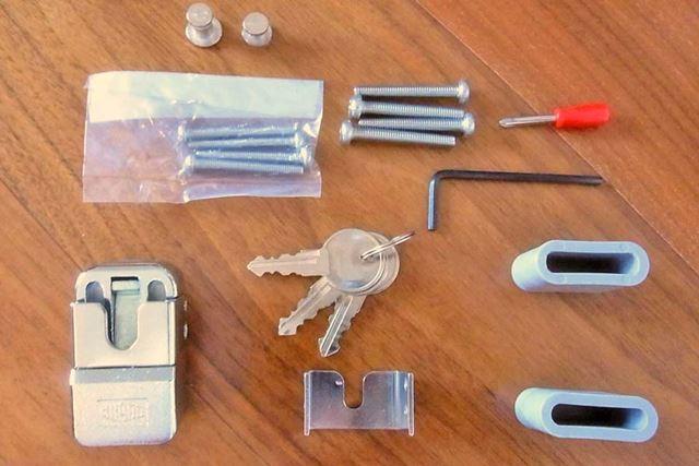 パッケージの中には、本体に、取り付け用ネジ、キー3本、ドライバーなどがセットされています