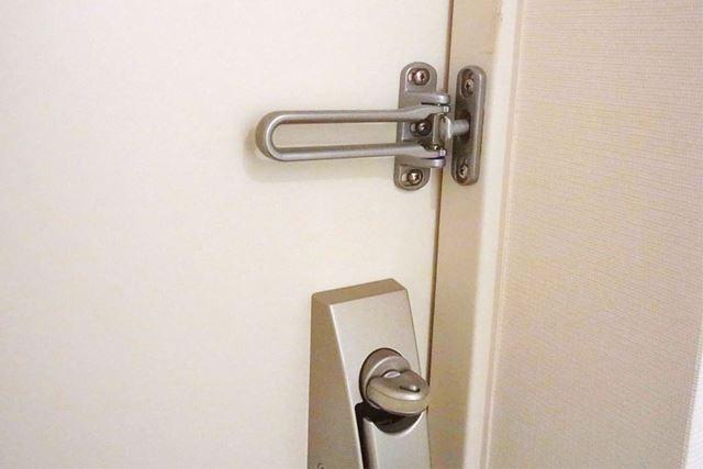 筆者の今の住まいは、チェーンを使わない金属製のロックでした。これには取り付けることができません