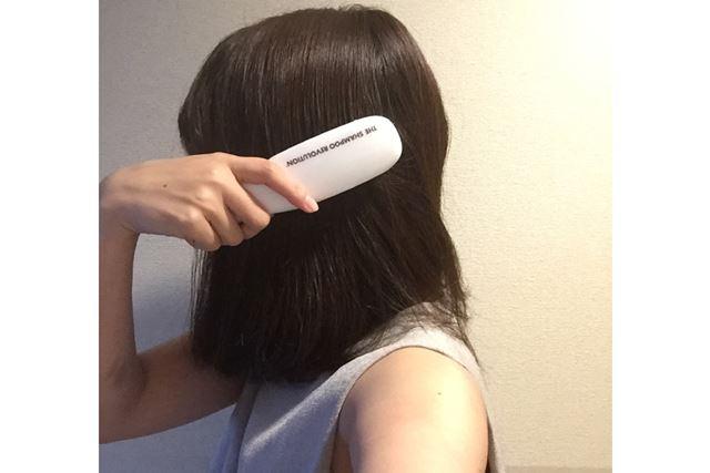 髪が乾いた状態からブラッシングを始めます
