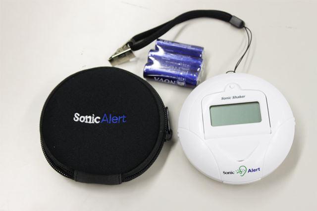 使用する単3形乾電池2本と単4形乾電池1本、それに持ち運び用のケースがついている親切セット